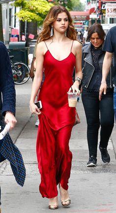 Selena Gomez deslumbró con dos vestidos súper escotados - Imagen 2