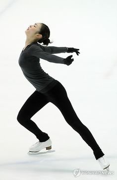 figure skater Yuna Kim Womens Workout Outfits, Sporty Outfits, Roller Skating, Ice Skating, Action Pose Reference, Action Poses, Anatomy Reference, Figure Skating Outfits, Gym Leotards