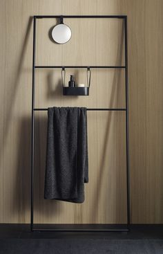 The collection is rounded off by another element that underlines the cosy, living-space character of the design: a towel ladder which, like the towel rail that can be mounted on the side of the vanity unit, is made of black painted metal.