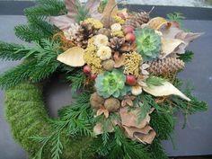 Nagy mohakoszorú fenyővel, természetes díszítéssel, barna-sárga színben Floral Wreath, Wreaths, Gardening, Decoration, Home Decor, Homemade Home Decor, Decorating, Door Wreaths, Garten