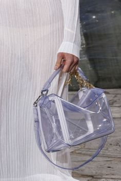 See all the Details photos from Loewe Spring/Summer 2016 Ready-To-Wear now on British Vogue Fashion Handbags, Fashion Bags, Paris Fashion, My Bags, Purses And Bags, Puzzle Bag, Loewe Puzzle, Loewe Bag, Accessoires Photo