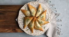 Greek vegan spinach triangles by the Greek chef Akis Petretzikis. A quick, easy recipe for traditional mini spinach pies! Crunchy and aromatic! Greek Recipes, Raw Food Recipes, My Recipes, Spinach Pie, Dairy Free Diet, Nutrition Chart, Phyllo Dough, Processed Sugar, Food Categories