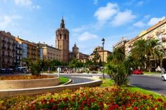 Plaza de la Reina y Torre Micalet en Valencia, España