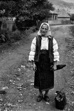 old hungarian woman in folk costume Hungary mmagyar assszony hétköznapi népviseletben Folk Costume, Costume Dress, Costumes, Hungarian Women, Hungarian Embroidery, Folk Dance, Folk Music, My Heritage, Huf