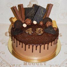 """Торт для настоящего мужчины Настоящее шокобезумие! До сих пор при виде фотографии так и хочется бежать к холодильнику в поисках шоколадки, а мой ребенок, увидев в первый раз сказал: """"Вау, вот это торт"""" #мужскойторт #тортдлямужчины #брутальныйторт #шоколадныйторт #тортвподарок"""