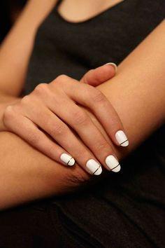 Esmalte branco   www.Avon.com.au   www.Avon.co.nz   AvonAUSNZ / nails / Style / manimonday / manicure / trends / beauty