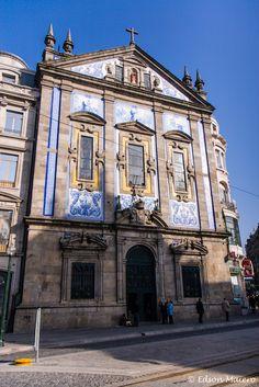 Igreja dos Congregados: azulejos na fachada mostram a vida de Santo Antônio