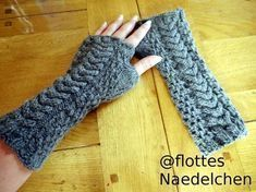Warm and fashionable arm warmers. I love them And they are not as hard as they look. For this you need 100 g of wool from z. Schoeller + Stahl and a Nadelspiel No. Basic pattern: The basic pattern consists of 6 … Source by Crochet Gloves Pattern, Knitted Gloves, Loom Knitting, Knitting Patterns, Crochet Patterns, Crochet 101, Crochet Yarn, Crochet Arm Warmers, Modern Crochet