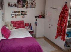 De kamer van Maureen is heel netjes. Ze ruimt haar kamer elke dag op. Ze heeft veel posters ophangen in haar kamer. Zij is een grote fan van Justin Bieber. Hij is de man zegt ze altijd.
