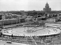 """Открытый бассейн"""" Чайка """", ( советское время ) сейчас здесь Храм Христа Спасителя"""