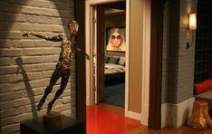 chuck bass residence - living room - gossip girl interiors set decoration by christina tonkin Gossip Girls, Gossip Girl Decor, Gossip Girl Chuck, Gossip Girl Fashion, Chuck Bass, Blair Waldorf, Brown Brick, Diy Resin Art, Hollywood Homes