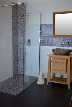 receveur mosaïque verre craquelé 140 cm + faïence 33x45 blanc mat + meuble en bois de teck 60 cm avec vasque à poser galet de rivière + paroi vitré 100 cm
