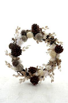 「毛糸とプリザーブド・フラワーのクリスマス・リース」暖かい雰囲気の毛糸を使ったプリザーブド・フラワーのクリスマス・リースです。 雪をイメージした白いお花と、フェビキアがポイント。[材料]ラタン・リース土台/毛糸三食/わたがら/松ぼっくり/シルバー・デイジー/フェビキア