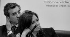 La presidenta Cristina Fernández y el ministro del Interior, Florencio Randazzo, observan un video institucional en el acto de lanzamiento del Plan Nacional Estratégico de Turismo, en Casa Rosada