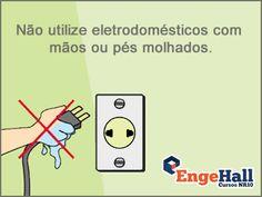 A pele molhada facilita a passagem da corrente elétrica e intensifica o choque.