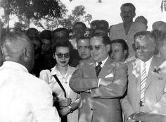 Visita a Campos de Ernani Amaral Peixoto (ao centro de óculos escuros), tendo a sua esquerda Alzira Vargas do Amaral Peixoto, 1939-1943. Campos (RJ). (CPDOC/ EAP foto 030/2)
