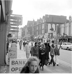 Kings Road, Chelsea, 1972 - Fashion looks pretty current . London Pictures, London Photos, Old Pictures, Old Photos, Vintage London, Old London, West London, South London, Photographs Of People