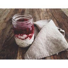 """""""overnight-lowcarb-risalamande"""" 200 gram hytteost (1,5%), 150 gram skyr, 10 gram chiafrø, 1/2 tsk. vaniljepulver og lidt flydende sødemiddel Bland ingredienserne og sæt i køleskabet natten over Kog 75 gram frosne hindbær med lidt vand i en gryde - tilsæt evt. lidt vaniljepulver og sødemiddel Sæt bærerne i køleskabet emoji Her til morgen kom jeg min (""""overnight"""") risalamande og hindbærtopping i et syltetøjsglas 306 meget velsmagende kalorier"""