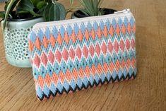 Broderet pung med sweater-mønster - StyleDesignCreate Zip Around Wallet, Sweaters, Diy, Fashion, Threading, Moda, Bricolage, Fashion Styles, Sweater