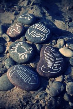 made by Amalie Lykke: At male på sten Rock Crafts, Diy And Crafts, Posca Art, Rock Painting Patterns, Painted Rocks Craft, Driftwood Crafts, Beach Rocks, Kindness Rocks, Pebble Art
