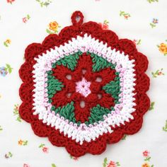 This cute potholder has such a fun retro style! This free pattern makes up quickly and is great for gifts and kitchen decor.