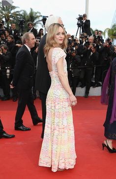 Vanessa Paradis wore an open-back lace dress from the latest Chanel Cruise 2016/17 collection at  red carpet At the 69th Cannes festival | Zhiboxs.com