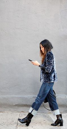 30 Cute Ways To Wear Your Ankle Boots - - Loose boyfriend jeans paired with some ankle boots and a velvet blazer looks so cute for the fall! Denim Street Style, Looks Street Style, Stylish Street Style, Cuffed Jeans, Ripped Skinny Jeans, Jean À Revers, Mode Style, Style Me, Mode Outfits
