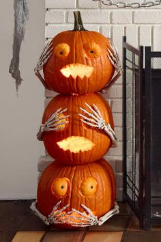 Pumpkin Halloween Decor Ideas for the Thriller Night - Hike n Dip Pumpkin is a major part of Halloween and Fall decoration. Here you will find some of the classiest and most fabulous Pumpkin Halloween Decor Ideas. Soirée Halloween, Adornos Halloween, Outdoor Halloween, Halloween Projects, Holidays Halloween, Halloween Pumpkins, Halloween Pumpkin Decorations, Halloween Season, Diy Projects