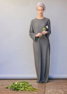 Slimming shirt-cut maxi dress. Made of a comfy cotton & lycra blend, this is our go-to dress! For a delicate, no-fuss look.