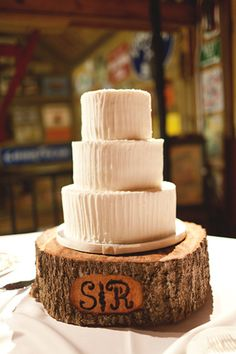 simple white cake on a rustic tree trunk cake stand | Andi Mans #wedding