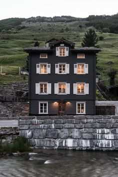 This is the house on the hearth and hand Joanna gaines stuff in Targe!Come to the Dark Side: 14 Totally Chic Black Houses Beautiful Buildings, Beautiful Homes, Exterior Design, Interior And Exterior, Exterior Colors, Luxury Interior, Paint Your House, Black House Exterior, Curb Appeal