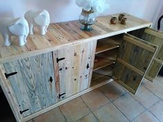 Here is the presentation of the open doors of the reclaimed wooden pallets entryway table where you can place the items to hide from the eyes of the guests because everything cannot be placed open as it makes the area look bad and creates a mess.