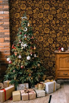 6 weeks until Christmas! Create a cosy holiday atmosphere with the beautiful black and gold heritage wallpaper by Olenka, a British luxury homeware brand. This striking floral pattern embody traditional Russian folk art with a modern British colour palette. Sustainably made in England. Gold Wallpaper Designs, Bold Wallpaper, Feature Wallpaper, Designer Wallpaper, Weeks Until Christmas, Christmas Decorations, Holiday Decorating, Decorating Ideas, Wallpaper Manufacturers