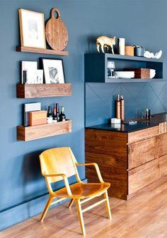 横長の箱を壁に設置すると、棚板に物を載せるよりも物が落ちる心配もなく収納できます。空き箱などを再利用することで手軽に壁収納を実現できそうです。