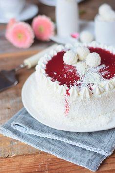 Kokos Mousse Torte mit Himbeer Mousse Kern und weißer Schokolade - Fruchtige Raffeelo Torte