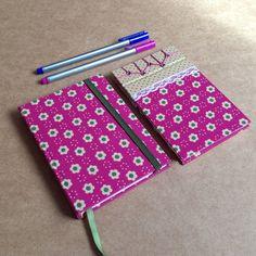Kit com: *caderno tamanho 10 x 15 cm, com 140 páginas em papel reciclado, guarda em papel de scrapbook e linda estampa rosa com florzinhas *bloco tamanho 14 x 9 cm, com 50 folhas de papel book, feito com costura japonesa e estampa combinando com o caderno. Detalhe em renda. R$ 40,00