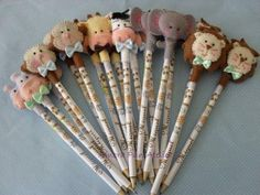 Lembrancinhas Fazendinha de feltro ponteira de lápis Safari Birthday Party, Jungle Party, Diy Crafts Hacks, Foam Crafts, Market Day Ideas, Flower Pens, Felt Roses, Pencil Toppers, Felt Decorations