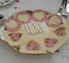 Plato de mbutido y queso decoracion corazon Rapido facil Para invitados Enamorados +++ Valentine's hearts cheese plate Romatic food Quick Easy Kahvaltı