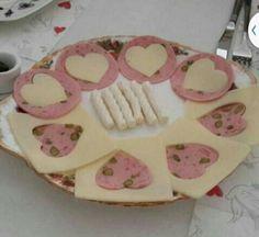 Plato de mbutido y queso decoracion corazon Rapido facil Para invitados Enamorados +++ Valentine's hearts cheese plate Romatic food Quick Easy Kahvaltı