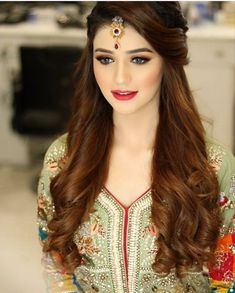 Pakistani Wedding Hairstyles Pictures - Based on your venue agreement, there could be a few limitations with regards to the sort of decor it is possible to generate or alterations you may make to the area. For instance, a museum or historical. Pakistani Wedding Hairstyles, Bridal Hairstyle Indian Wedding, Saree Hairstyles, Bridal Hairdo, Simple Wedding Hairstyles, Bride Hairstyles, Indian Hairstyles For Saree, Indian Wedding Makeup, Indian Bridal Makeup
