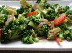 Warm Thai Broccoli salad with Peanut Sauce Broccoli Salad, Vegetable Salad, Broccoli Florets, Vegetable Dishes, Healthy Salads, Healthy Eating, Cranberry Spinach Salad, Thai Peanut Sauce, Vegetarian Recipes