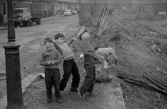 bomb site kids | west london, c. 1961 | foto: john 'hoppy' hopkins
