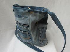 *Robuste, genähte Jeanstasche mit langem Tragegurt zum Umhängen*  Diese…