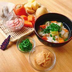 """今日のうね乃衆のまかない味噌汁は、新じゃがを使った【肉じゃが味噌汁】です!  おだしのパックじん(赤)のコクのあるおだしがにくじゃがにピッタリでした!  Today's miso soup is""""nikujyaga miso soup"""" in UNENO. ≪材料≫おだしのパックじん(赤)、新じゃがいも、にんじん、豚バラ肉、ねぎ、味噌 ≪material≫Odashinopack-jin(Red)、potato、carrot、Sliced pork、green onion、miso ★うね乃:http://odashi.com/ ★うね乃衆のお昼のまかない【汁物】を不定期で掲載中。  #うね乃#出汁#味噌汁#京都#和食#おうちごはん#レシピ#お椀#スープ#broth#soupstock#soupball#organic#vegetable#uneno#dashi#misosoup#kyoto#washoku#japanesefood#recipe#japan#a#Japan#fermentedfood#additive-free"""