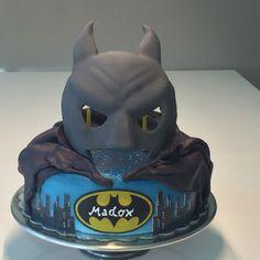 Batman Maske Geburstagstorte, von vorne sieht man die Kerzen in den Augen
