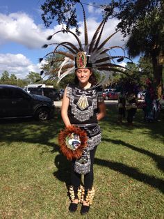 Danza Azteca mujer Native American Regalia, Native American Art, American Indians, Aztec Costume, Mexican Costume, Mexican Gods, Outfits For Mexico, Mardi Gras Outfits, Aztec Dress