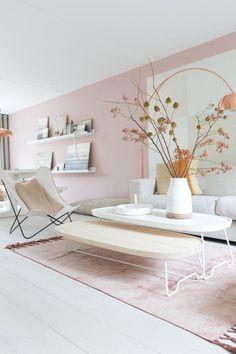 Salón de lineas rectas decorado en rosa cuarzo y blanco