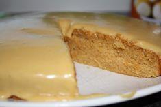 Klissete og søt formkake med karamellsmak. Jeg liker mine kaker litt mer «sofistikerte», men denne er ypperlig for ekstreme slikkmunner og egner seg spesielt i barneselskaper. Karamellsausen kan byttes ut med sjokoladesaus, jordbærsaus, blåbærsaus osv, for å variere smakene. Ingredienser: 3 dl hvetemel 2 ts bakepulver 1 ts vaniljesukker 1,5 … Cake Recipes, Cheesecake, Dairy, Food And Drink, Baking, Desserts, Egg, Milk, Caramel