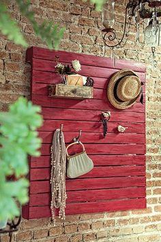 Não há limite para as utilidades do palete, essa estrutura de madeira que frequenta de estaleiros a mostras de decoração. Aqui, a sugestão é usar o estrado no hall de entrada, para que convidados e moradores possam acomodar bolsas, chapéus e outros acessórios
