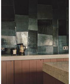 Dans la cuisine, une impressionnante crédence en céramique d'Armelle Benoit et deux pièces en céramique d'Edmund Ronaky.